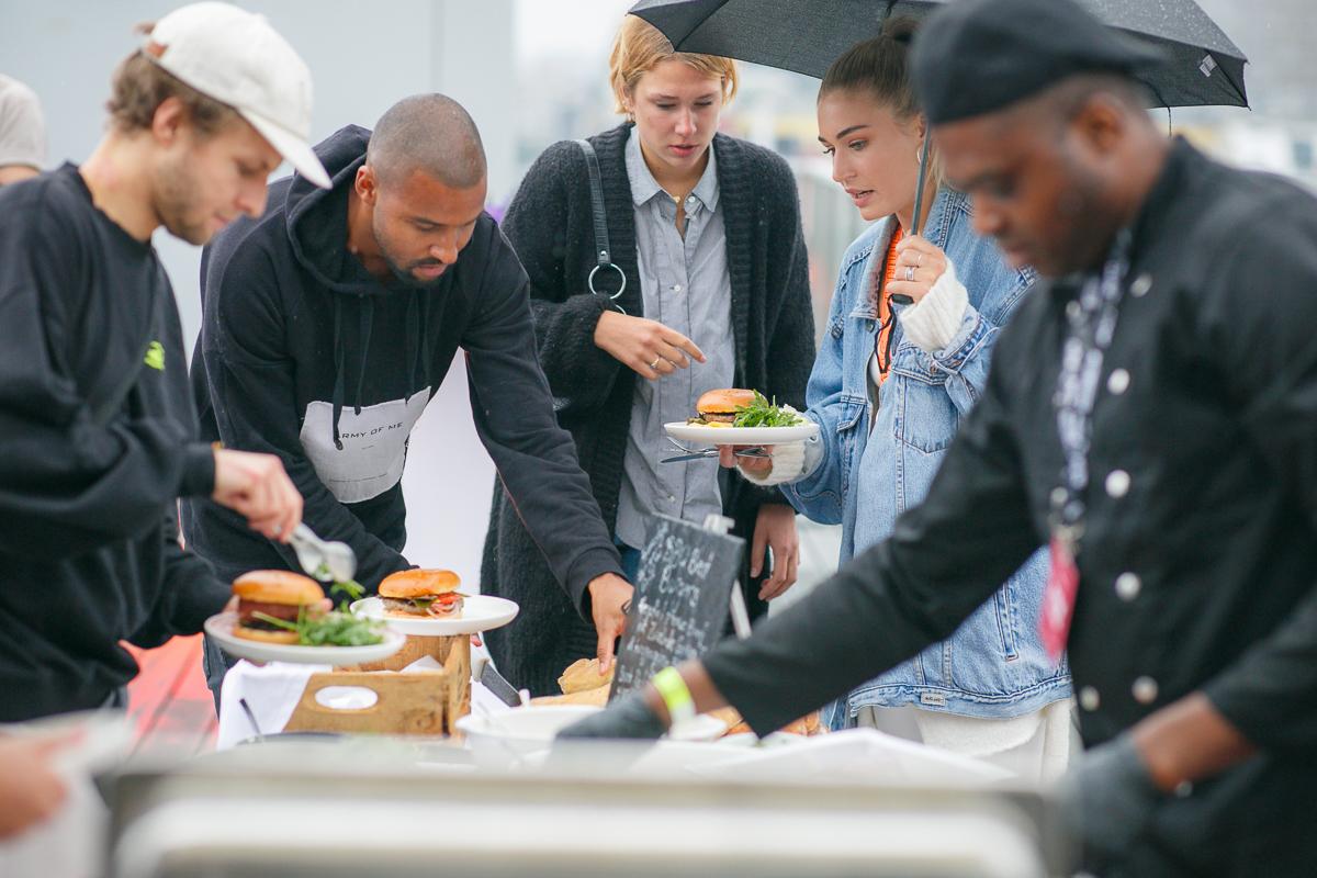 """PAUL RIPKE x ABOUT YOU BBQ - Paul Rilke serviert Burger und """"Klamotten"""" - AYFW PARI"""